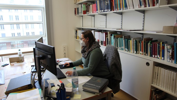 Mareen bei der Recherchearbeit (Foto: Altertumskommission/Brieske).